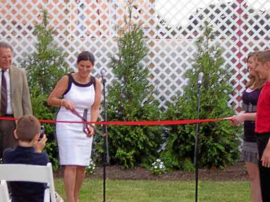 Marian Moskowitz, cuts the ribbon at Franklin Commons' grand reopening in 2012. (Image via The Phoenix News)