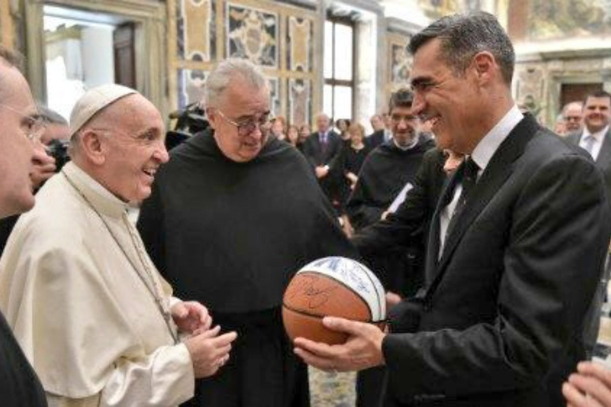 In Rome with University Officials, Villanova's Jay Wright Gifts Autographed Basketball to Pope